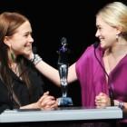 Mary-Kate e Ashley Olsen recebem o prêmio de melhor estilista no CFDA Fasion Awards