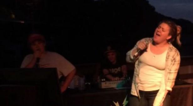 kelly-clarkson-fã-10-anos-karaoke-love-shack
